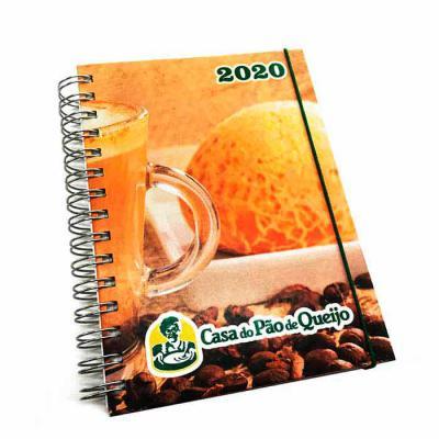 AGENDA 2020 - Com Mapa  (1 dia por pág.) Capa Dura com personalização impressa em offset colorido (4x0) 1 folha com propaganda da empresa impresso em... - CRIE BRINDES