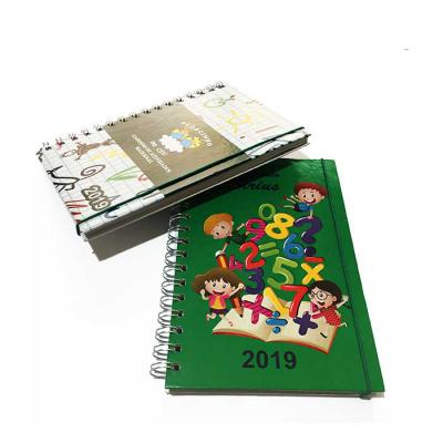 CRIE BRINDES - 96 folhas coloridas (192 páginas) Capa dura personalizada colorida com a arte do berçário (4x0)  1 página de dados do colégio institucional - 4x0 Core...