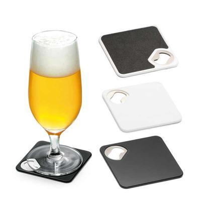 Porta copos. ABS. Com abridor de garrafas.  Esponja antiderrapante na base.  Medidas: 82 x 82 x 4 mm - FCFIT BOLSAS
