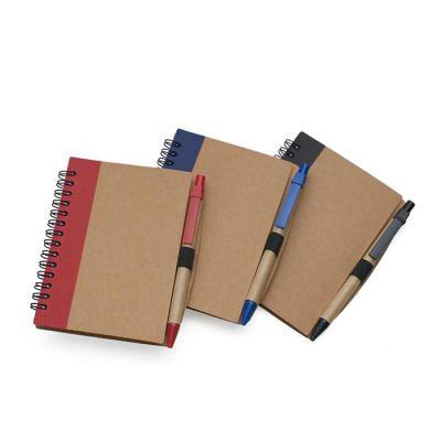 Bloco de anotações ecológico com caneta. Capa de papelão com detalhe lateral texturizado colorido, verso liso. Possui aproximadamente 70 folhas branca... - SOMA Brindes