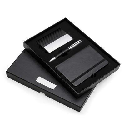 Kit executivo 3 peças em estojo de papelão com tampa e parte interna revestida de espuma. Contém: porta cartão de couro sintético texturizado com deta... - SOMA Brindes