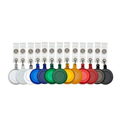 Porta crachá retrátil plástico, cores leitosas e translúcidas. Roller clip possui sistema extensor em nylon que após puxar é recolhido automaticamente... - SOMA Brindes