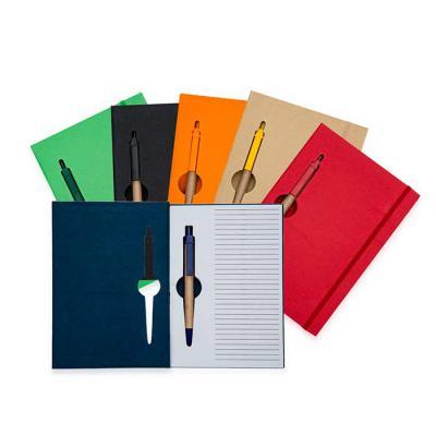 SOMA Brindes - Bloco de anotações ecológico colorido com caneta. Capa de papelão com recorte vazado(as folhas também) no qual é possível visualizar a caneta na parte...
