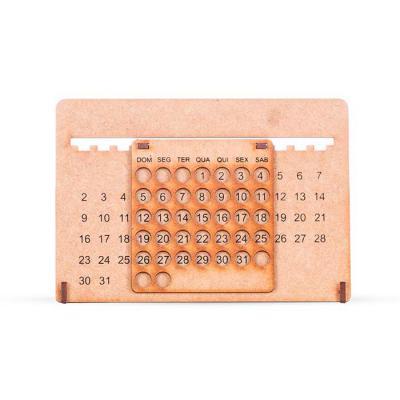 SOMA Brindes - Calendário permanente inteiro de MDF. Possui base personalizada com os dias(numeral); chapa com trinta furos(personalizado na parte superior os dias d...