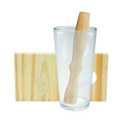 Kit caipirinha 3 peças com: tábua de corte, socador e copo de vidro. Tábua de madeira com suporte para socador. Tamanho total aproximado (CxL): Copo 1... - SOMA Brindes