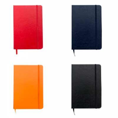 """Caderneta em material sintético com capa lisa, fita elástica para fechar e fita """"marca página"""" em..."""