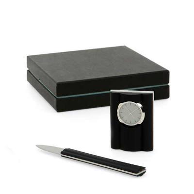 Conjunto para mesa de escritório. Metal e acrílico. 4 peças: relógio de mesa, extrator de grampo, porta papel e esferográfica. Incluso bloco. Caixa: 2... - QI Brindes