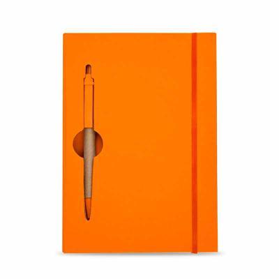 qi-brindes - Bloco de anotações ecológico colorido com caneta. Capa de papelão com recorte vazado(as folhas também) no qual é possível visualizar a caneta na parte...