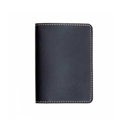 """Descrição: Porta passaporte Bidins em couro sintético, parte interna com """"bolsos"""" laterais. Medid..."""