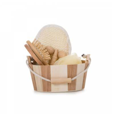 Kit banho de madeira com 5 peças. Possui: espelho, escova de cabelo, esponja de banho, bucha de banho e massageador.  Acompanha balde com alça e pegad... - QI Brindes