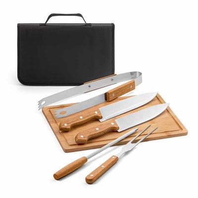 Kit churrasco. Aço inox e madeira. Tábua em bambu e 5 peças em estojo de 210D. Food grade. Estojo...