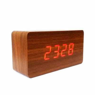 Relógio de mesa com design tipo madeira em 4 lindos modelos. Apresenta dígitos grandes para fácil visualização, Possuí a Função Voice Control, basta b... - QI Brindes