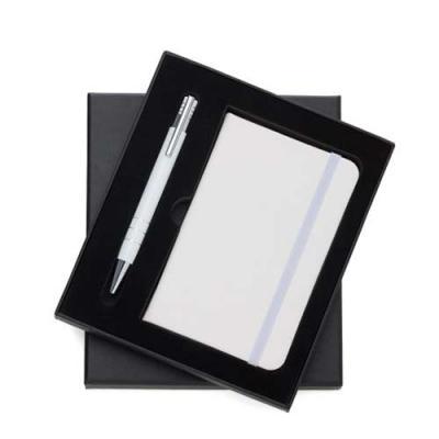 Tiff Gráfica - Conjunto caneta e caderneta, embalagem de papelão revestido com espuma internamente. Caneta semi-metal colorida com detalhes prata, possui 3 anéis sup...
