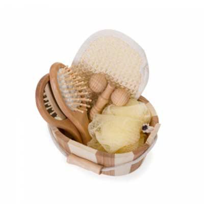 tiff-grafica - Kit banho de madeira com 5 peças. Possui: espelho, escova de cabelo, esponja de banho, bucha de banho e massageador. Acompanha balde com alça e pegado...