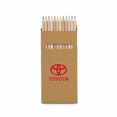 Tiff Gráfica - Caixa de lápis de cor em papel Kraft 350g (cartão) com 12 lápis de cor. Tamanho da caixa: 90 x 180 x 9 mm. Personalização na caixa em Silkscreen.