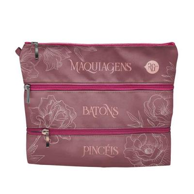 RG Ideias - Necessaire-maleta em tecido com 3 divisões em zipers para separar maquiagens. Tamanho: 26cm x 21cm Frente estampada e verso 1 cor.