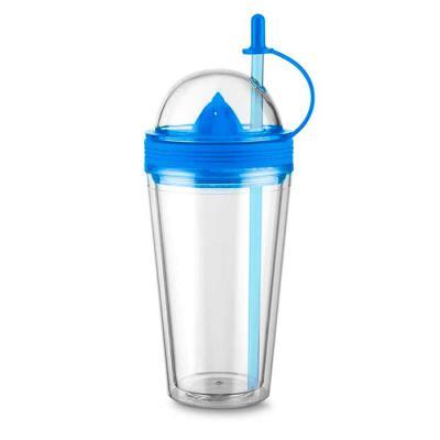 Marketing Brindes - Copo plástico 500ml com espremedor de frutas. Acompanha tampa rosqueável para o espremedor com suporte plástico para tampar o canudo; espremedor color...