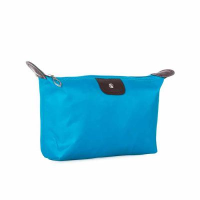 """Marketing Brindes - Necessaire de nylon colorido com detalhes em couro sintético e parte interna com revestimento emborrachado; possui um """"botão"""" no detalhe do couro fron..."""