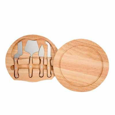 A&B Kits Corporativos - Kit queijo 5 peças com tábua de madeira, possui detalhe circular em relevo na parte superior e parte inferior com borrachas anti deslizantes. Possui:...