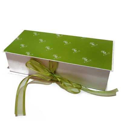 Caixa em cartão rígido (cartonagem) e fechamento com fita decorativa - Rnaza Prana Material Promocion...