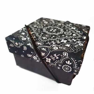 Caixa Personalizada em cartão rígido (cartonagem) e fechamento com elástico - Rnaza Prana Material Promocion...