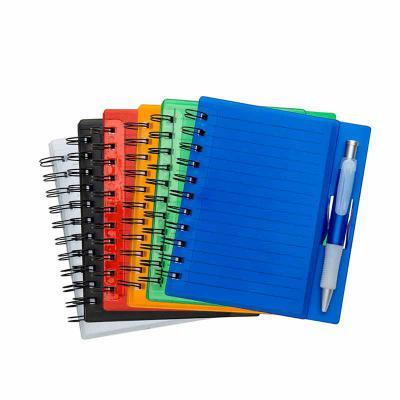 - Bloco de anotações colorido personalizado. Material acrílico com wire-o. Acompanha caneta plástica colorida. Possui 70 folhas com pauta.  Brinde ideal...