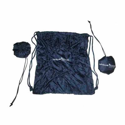 - Bolsa em nylon 70 resinado, comprimível em bolinha para roupas de ginástica, logo silkado, cordões e enforcadores em nylon.