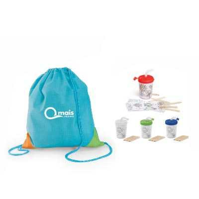 Kit infantil para viagem com mochila saco e copo com canudo . Contém:  1 Sacola tipo mochila Now-Woven 80g/m² disponiveis nas cores (azul claro ou ver... - Qmais Promo