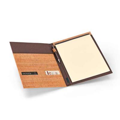 Pasta A4. Cortiça. Bloco: 20 folhas não pautadas cor marfim.  Fornecida em embalagem de non-woven.  Esferográfica não inclusa.  Tamanho: 230 x 320 x 2... - Qmais Promo