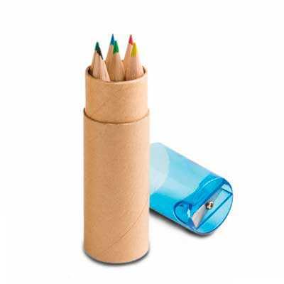 1  Kit Mini Lápis e Estojo de papel cartão com apontador plástico  Kit contém 6 mini lápis de cor e 1 apontador. Medindo ø2,6 x 10,3 cm - Qmais Promo