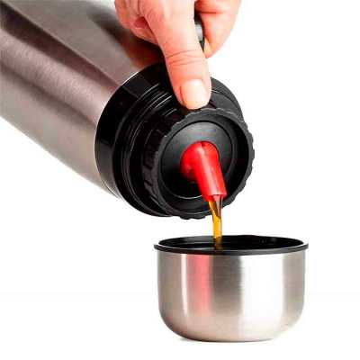Garrafa térmica 1 litro em inox com alça plástica preta. Possui tampa rosqueável, tampa interna r...