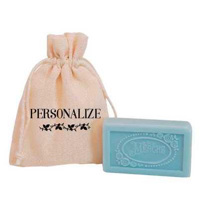 Mini sabonete (20 g) vintage de luxo da marca De La Merche em sacolinhas de algodão cru com estampa personalizada. O mimo perfeito para surpreender e... - De La Merche