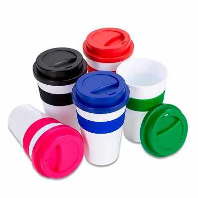 Labor Brindes - Copo plástico 480ml com tampa. Produzido em polipropileno e livre de BPA, o copo possui uma luva de silicone (removível) que impede a transferência de...
