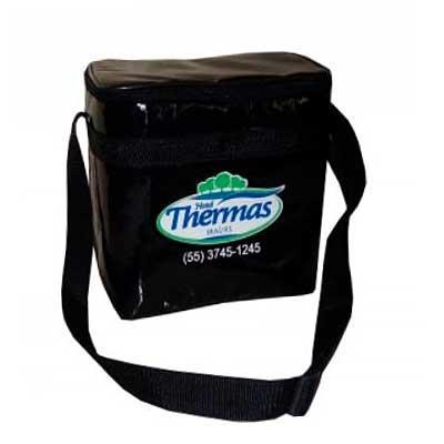 Bolsa térmica com forro interno fechamento com ziper e alça transversal. Medidas: Altura: 22cm La...