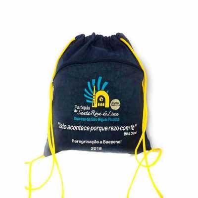 dandais-bolsas-promocionais - Mochila tipo saco -Confeccionada em tecido e cores variadas; -Alça de cordão nas costas; -Com ou sem alça de mão; -Com ou sem bolso externo.
