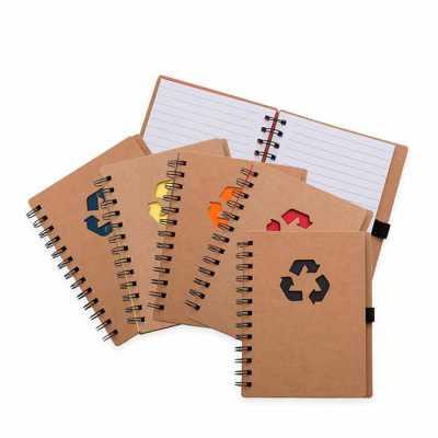 Bloco de anotação ecológico com símbolo reciclado na capa, acompanha com as folhas: vermelha, ama...