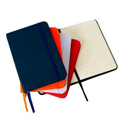 Caderneta emborrachada de frente e verso liso, marcador de página em cetim e fita elástica para fechar. Contém aproximadamente 80 folhas amarelas paut... - WXZ BRINDES FABRICAÇÃO  PRÓPRI...