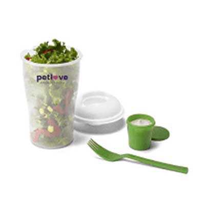 Descrição: Copo de salada 850ml com garfo e compartimento para molho. Copo plástico transparente com três detalhes ovais na lateral e tampa branca, no... - P&J Brindes