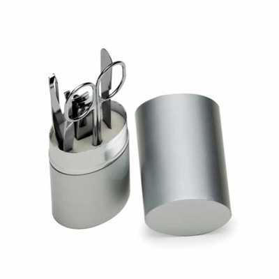 Descrição: Kit manicure 4 peças em estojo oval de alumínio. Possui lixa, tesoura, empurrador de c...