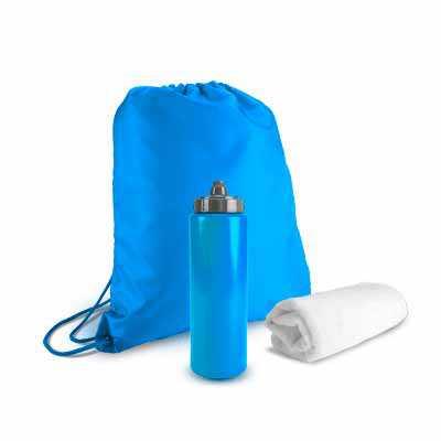 - Kit Esportivo inclui uma mochila estilo sacola em nylon, uma toalha branca de poliéster e poliamida, além de um squeeze com capacidade de 750ml.  Medi...