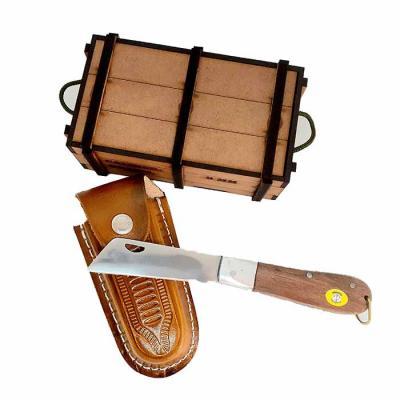 Canivete em lâmina de aço inox livre de ferrugem, cabo em madeira certificada com detalhes em pin...