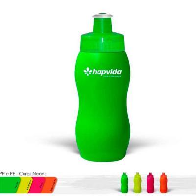 Squeeze plástico personalizado com capacidade para 250ml, possui tampa rosqueável protetora, tama...