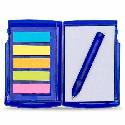 Bloco de anotações plástico com autoadesivos e caneta. A caneta fica localizada na lateral fronta...