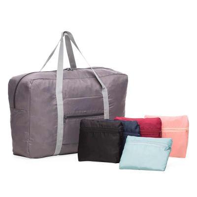 Bolsa de viagem dobrável confeccionada em poliéster e alça para mãos em nylon. Possui bolso princ...