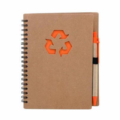 Bloco de anotações ecológico com caneta. Capa com símbolo reciclado na parte superior e espiral p...