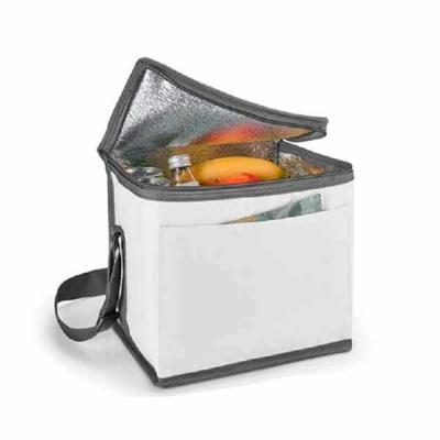 Bolsa térmica. 600D. Com alça ajustável em webbing e bolso frontal. Food grade. 240 x 220 x 170 mm.