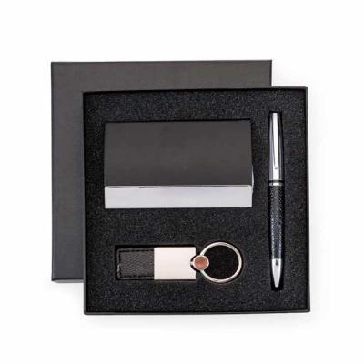 Kit executivo com 3 peças em estojo preto de papelão revestido com espuma interna. Possui: caneta...