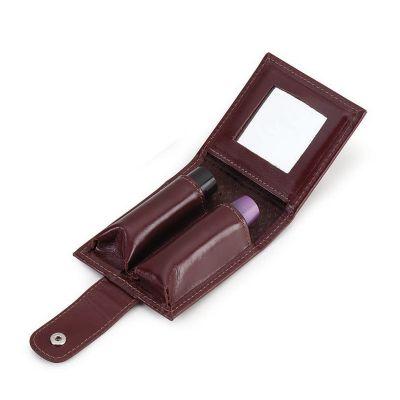 Galvani - Porta batom duplo com espelho, todo pespontado, fechamento com colchete de pressão. Tamanho fechado: 8 cm comprimento x 9 cm de altura x 3cm espessura...