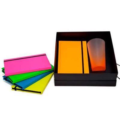 Kit 2 peças com Bloco de Anotações Fluorescente e Copo Drink Fantasy 550ml Contém: 1 Caderno A5 c...