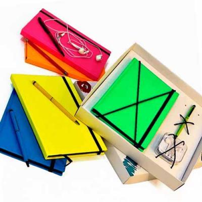 Kit escritório com caderno, fone de ouvido e caneta. Contém: 1 Caderno A5 capa dura PU Fluorescen...